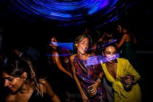 Boda en Villaviciosa de Carmen y David realizada por el fotógrafo de bodas en Asturias Johnny García. Bailando en la fiesta.