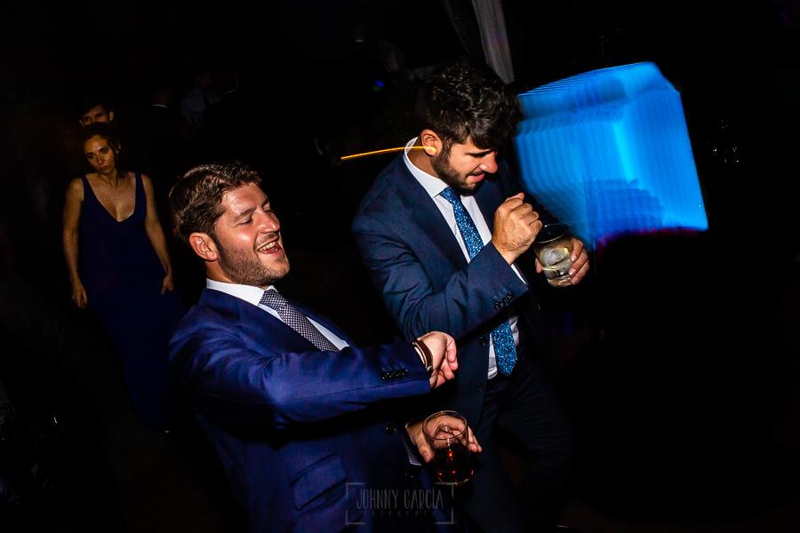 Boda en Villaviciosa de Carmen y David realizada por el fotógrafo de bodas en Asturias Johnny García. Momento baile.