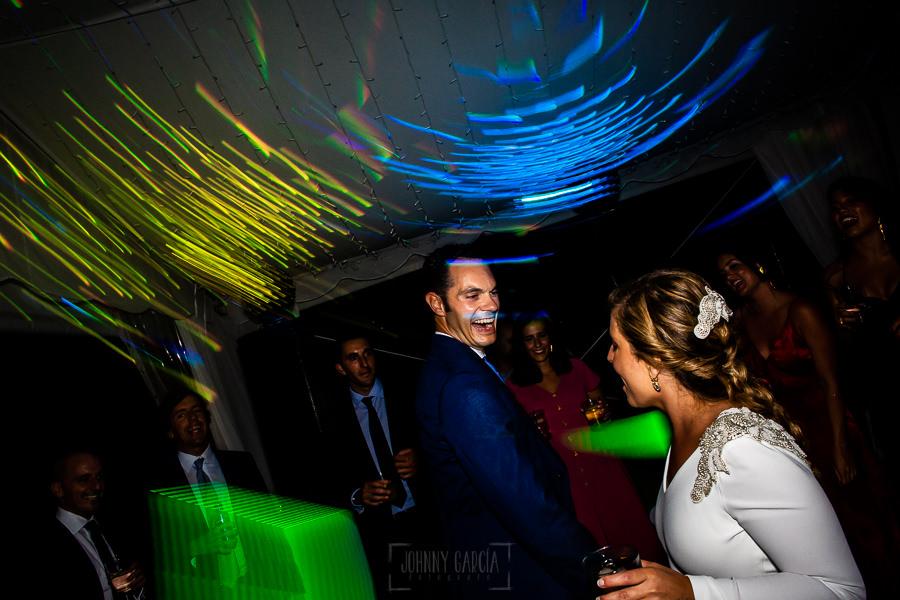 Boda en Villaviciosa de Carmen y David realizada por el fotógrafo de bodas en Asturias Johnny García. Los novios junto a sus amigo en la fiesta.