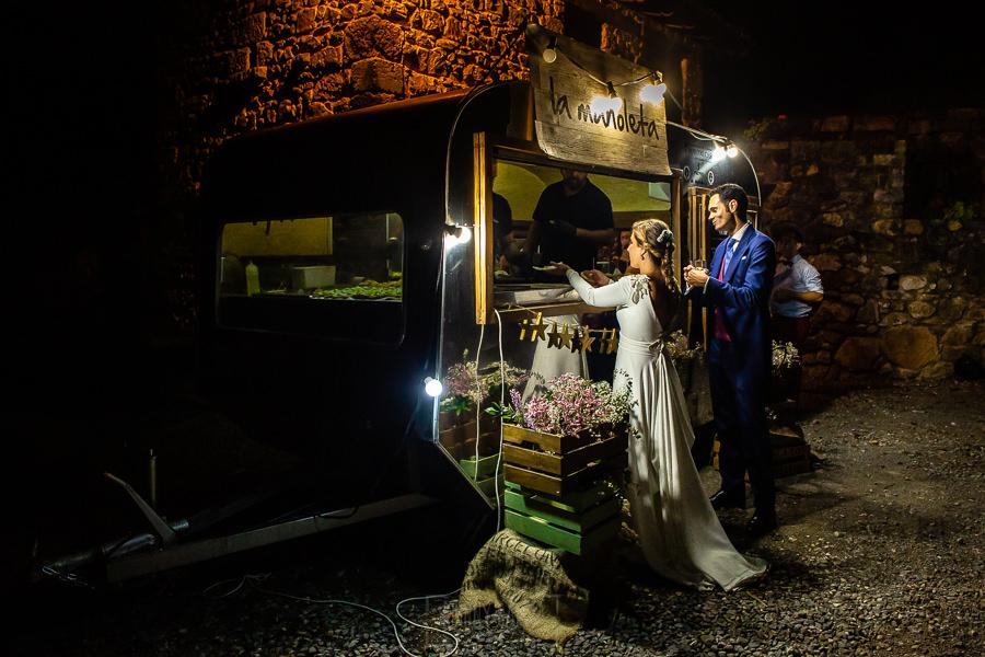 Boda en Villaviciosa de Carmen y David realizada por el fotógrafo de bodas en Asturias Johnny García. Los novios van a por un tentempié a la Manoleta.
