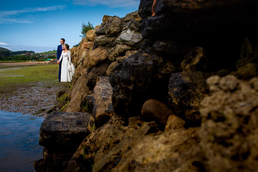 Boda en Villaviciosa de Carmen y David realizada por el fotógrafo de bodas en Asturias Johnny García. Foto de postboda en la ría de Villaviciosa.