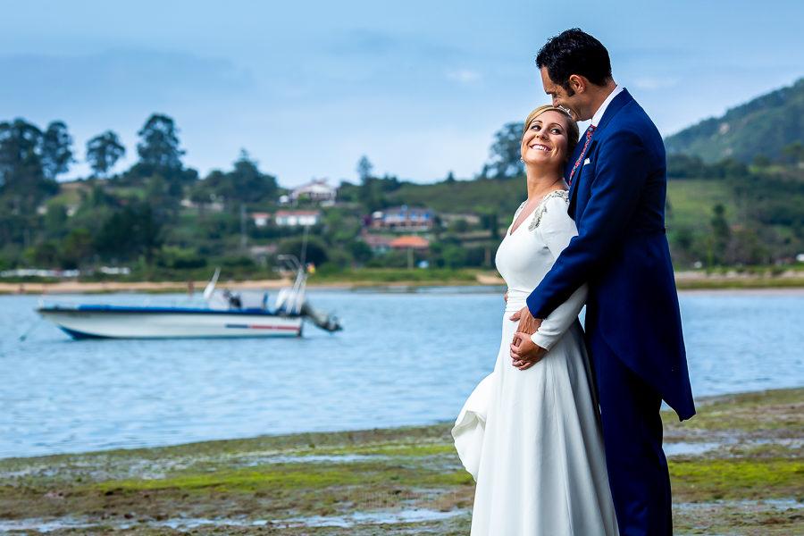 Boda en Villaviciosa de Carmen y David realizada por el fotógrafo de bodas en Asturias Johnny García. Foto de postboda en la ría.