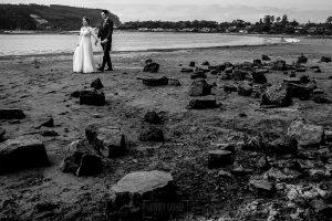 Boda en Villaviciosa de Carmen y David realizada por el fotógrafo de bodas en Asturias Johnny García. Foto de postboda en la ría en blanco y negro.