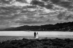 Boda en Villaviciosa de Carmen y David realizada por el fotógrafo de bodas en Asturias Johnny García. Foto de postboda con los novios al fondo.