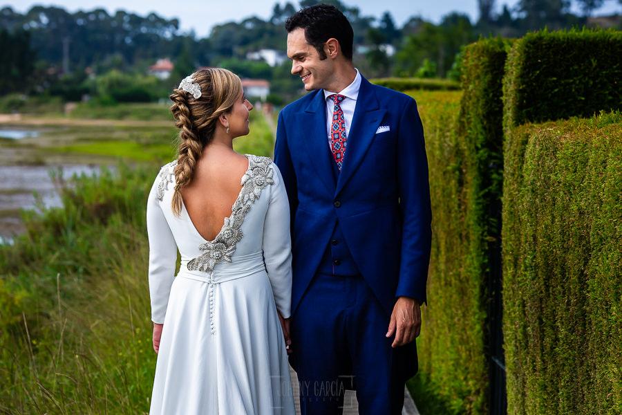 Boda en Villaviciosa de Carmen y David realizada por el fotógrafo de bodas en Asturias Johnny García. Foto de postboda, detalle del vestido de la novia.