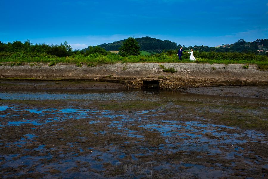 Boda en Villaviciosa de Carmen y David realizada por el fotógrafo de bodas en Asturias Johnny García. Foto de postboda por la ría.