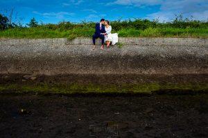 Boda en Villaviciosa de Carmen y David realizada por el fotógrafo de bodas en Asturias Johnny García. Foto de postboda, la pareja descansa de la sesión de fotos.