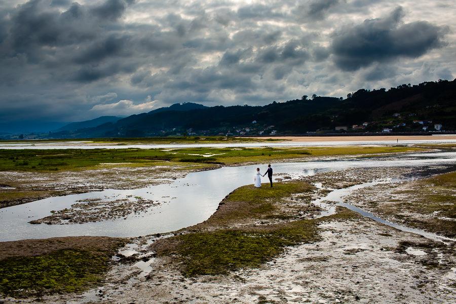 Boda en Villaviciosa de Carmen y David realizada por el fotógrafo de bodas en Asturias Johnny García. Foto de postboda por la ría de Villaviciosa.