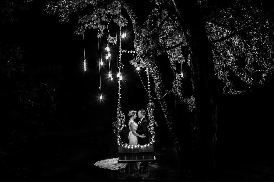Bodas Jarandilla de la Vera, boda de Clara y David en el Hotel Ruta Imperial, fotos realizadas por Johnny García, fotógrafo de bodas en Cáceres. Foto en blanco y negro de la pareja.