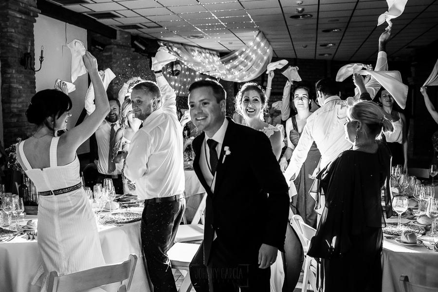Bodas Jarandilla de la Vera, boda de Clara y David en el Hotel Ruta Imperial, fotos realizadas por Johnny García, fotógrafo de bodas en Cáceres. Los invitados se ponen de pie a la entrada de los novios.