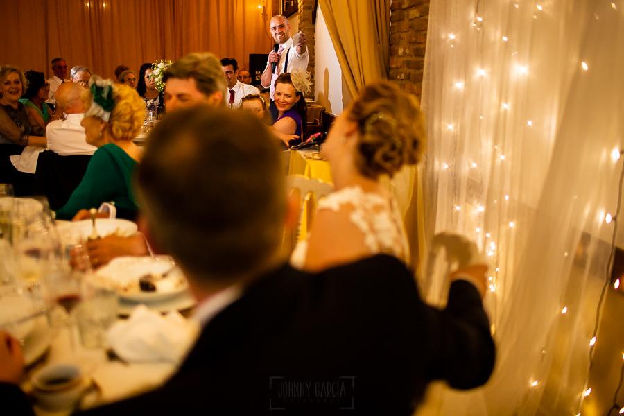 Bodas Jarandilla de la Vera, boda de Clara y David en el Hotel Ruta Imperial, fotos realizadas por Johnny García, fotógrafo de bodas en Cáceres. Un discurso del primo de la novia.