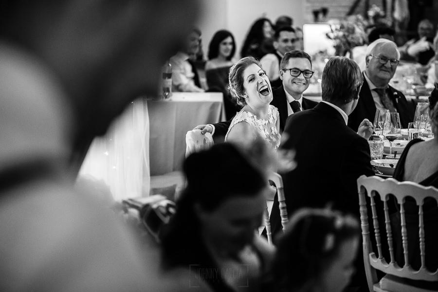 Bodas Jarandilla de la Vera, boda de Clara y David en el Hotel Ruta Imperial, fotos realizadas por Johnny García, fotógrafo de bodas en Cáceres. La novia sonríe con el discurso.
