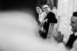 Bodas Jarandilla de la Vera, boda de Clara y David en el Hotel Ruta Imperial, fotos realizadas por Johnny García, fotógrafo de bodas en Cáceres. El novio sonríe por el discurso de su hermano.