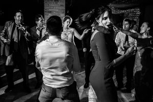 Bodas Jarandilla de la Vera, boda de Clara y David en el Hotel Ruta Imperial, fotos realizadas por Johnny García, fotógrafo de bodas en Cáceres. La novia baila junto a sus amigos.