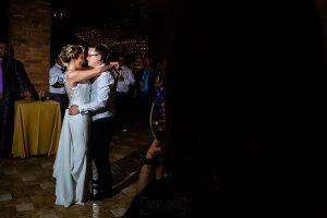 Bodas Jarandilla de la Vera, boda de Clara y David en el Hotel Ruta Imperial, fotos realizadas por Johnny García, fotógrafo de bodas en Cáceres. Los novios bailan abrazados.