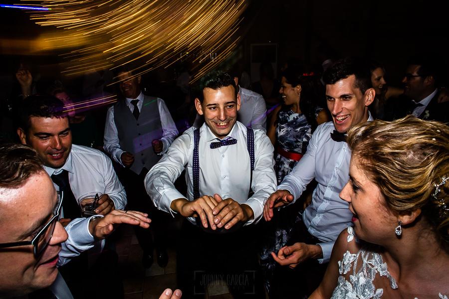 Bodas Jarandilla de la Vera, boda de Clara y David en el Hotel Ruta Imperial, fotos realizadas por Johnny García, fotógrafo de bodas en Cáceres. Amigos en la fiesta.