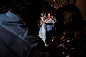 Bodas Jarandilla de la Vera, boda de Clara y David en el Hotel Ruta Imperial, fotos realizadas por Johnny García, fotógrafo de bodas en Cáceres. La novia baila con el padrino.