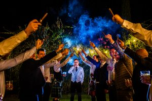Bodas Jarandilla de la Vera, boda de Clara y David en el Hotel Ruta Imperial, fotos realizadas por Johnny García, fotógrafo de bodas en Cáceres. El novio posa con los amigos en el jardín.