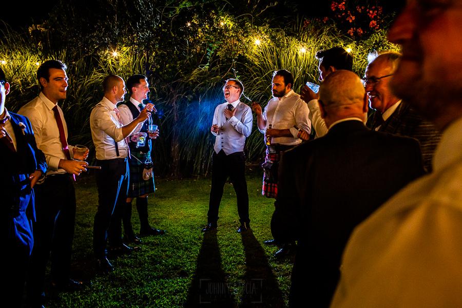 Bodas Jarandilla de la Vera, boda de Clara y David en el Hotel Ruta Imperial, fotos realizadas por Johnny García, fotógrafo de bodas en Cáceres. El novio se fuma un puro con sus amigos.