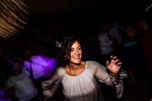Bodas Jarandilla de la Vera, boda de Clara y David en el Hotel Ruta Imperial, fotos realizadas por Johnny García, fotógrafo de bodas en Cáceres. Una invitada en la fiesta.