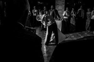 Bodas Jarandilla de la Vera, boda de Clara y David en el Hotel Ruta Imperial, fotos realizadas por Johnny García, fotógrafo de bodas en Cáceres. Los novios se besan en la fiesta al terminar de bailar.