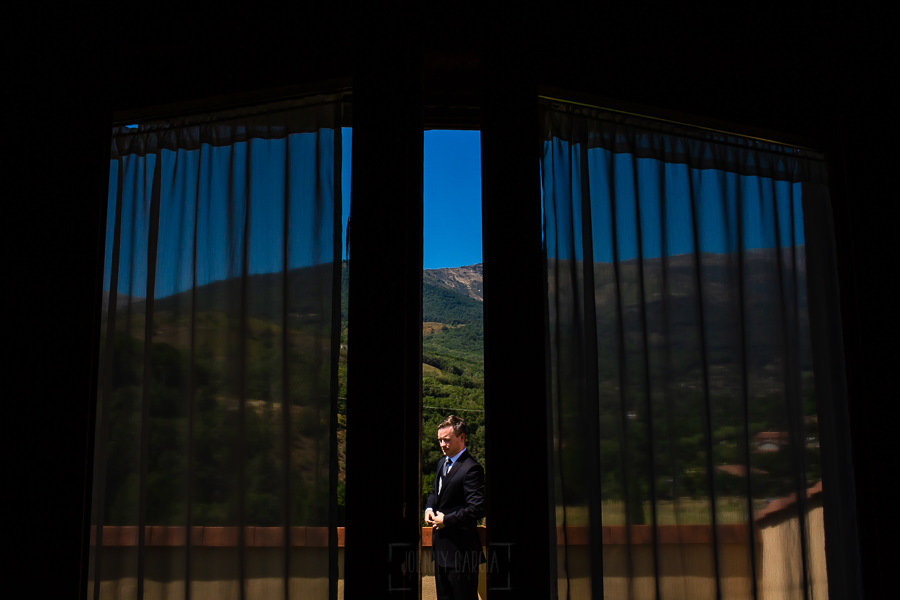 Bodas Jarandilla de la Vera, boda de Clara y David en el Hotel Ruta Imperial, fotos realizadas por Johnny García, fotógrafo de bodas en Cáceres. Un retrato del novio desde dentro de la habitación.