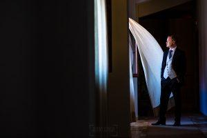 Bodas Jarandilla de la Vera, boda de Clara y David en el Hotel Ruta Imperial, fotos realizadas por Johnny García, fotógrafo de bodas en Cáceres. Una foto del novio en el pasillo del hotel
