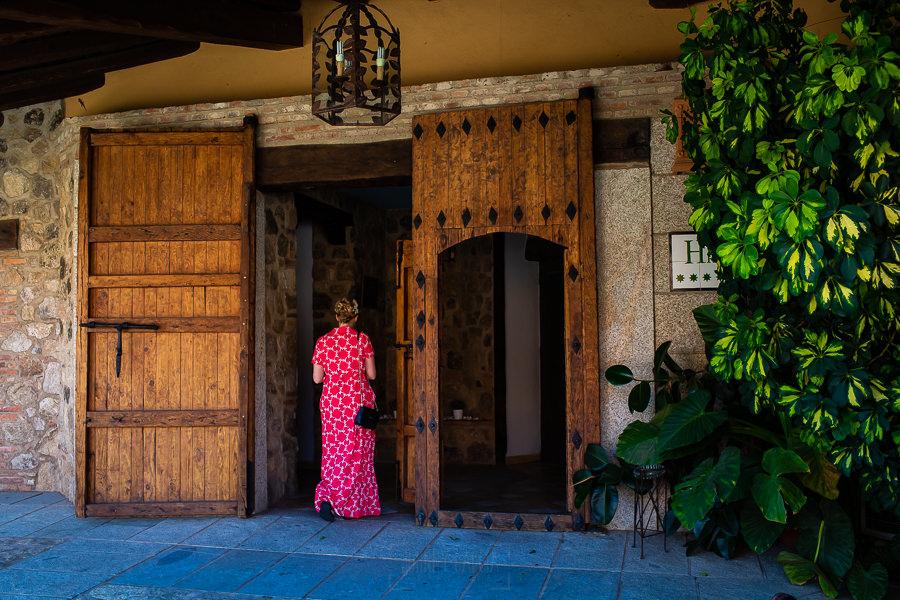 Bodas Jarandilla de la Vera, boda de Clara y David en el Hotel Ruta Imperial, fotos realizadas por Johnny García, fotógrafo de bodas en Cáceres. La novia llega al hotel después de maquillarse.