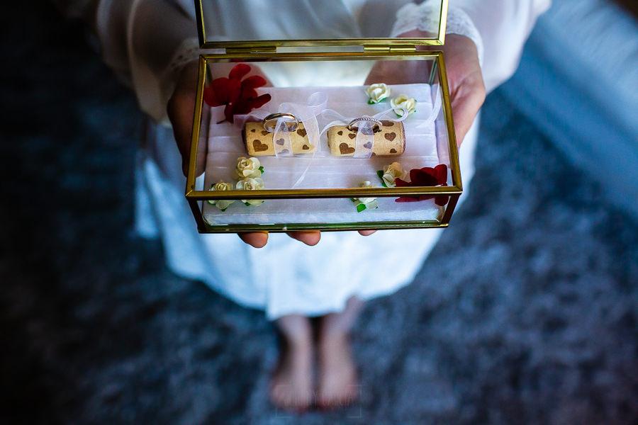 Bodas Jarandilla de la Vera, boda de Clara y David en el Hotel Ruta Imperial, fotos realizadas por Johnny García, fotógrafo de bodas en Cáceres. Los anillos de la boda