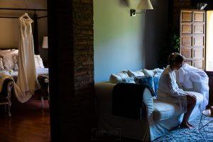 Bodas Jarandilla de la Vera, boda de Clara y David en el Hotel Ruta Imperial, fotos realizadas por Johnny García, fotógrafo de bodas en Cáceres. La novia junto a su vestido.