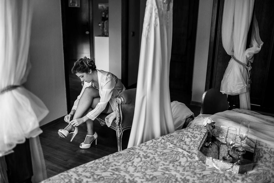 Bodas Jarandilla de la Vera, boda de Clara y David en el Hotel Ruta Imperial, fotos realizadas por Johnny García, fotógrafo de bodas en Cáceres. La novia se pone los zapatos.