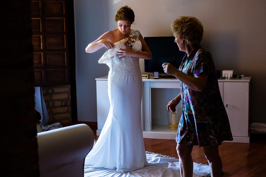 Bodas Jarandilla de la Vera, boda de Clara y David en el Hotel Ruta Imperial, fotos realizadas por Johnny García, fotógrafo de bodas en Cáceres. La novia se empieza a vestir.