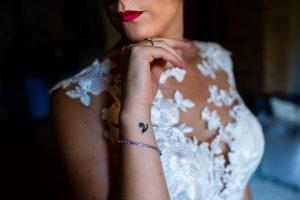 Bodas Jarandilla de la Vera, boda de Clara y David en el Hotel Ruta Imperial, fotos realizadas por Johnny García, fotógrafo de bodas en Cáceres. Detalle de un tatuaje de la novia.