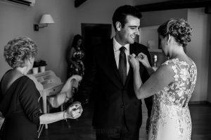 Bodas Jarandilla de la Vera, boda de Clara y David en el Hotel Ruta Imperial, fotos realizadas por Johnny García, fotógrafo de bodas en Cáceres. La novia pone un ramillete a su dama de honor.