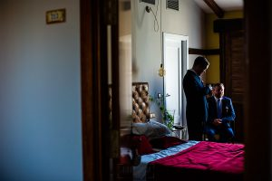 Bodas Jarandilla de la Vera, boda de Clara y David en el Hotel Ruta Imperial, fotos realizadas por Johnny García, fotógrafo de bodas en Cáceres. El novio espera junto a su padre.