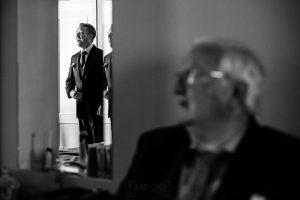 Bodas Jarandilla de la Vera, boda de Clara y David en el Hotel Ruta Imperial, fotos realizadas por Johnny García, fotógrafo de bodas en Cáceres. El novio en la habitación del hotel esperando a la hora de la ceremonia.