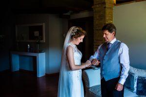 Bodas Jarandilla de la Vera, boda de Clara y David en el Hotel Ruta Imperial, fotos realizadas por Johnny García, fotógrafo de bodas en Cáceres. La novia pone los gemelos a su padre.