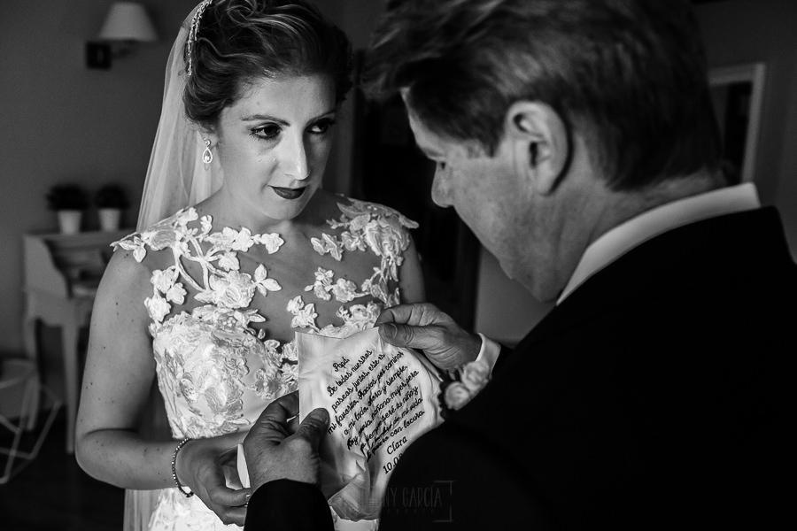 Bodas Jarandilla de la Vera, boda de Clara y David en el Hotel Ruta Imperial, fotos realizadas por Johnny García, fotógrafo de bodas en Cáceres. La novia regala un pañuelo a su padre con un texto bordado.