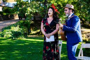 Bodas Jarandilla de la Vera, boda de Clara y David en el Hotel Ruta Imperial, fotos realizadas por Johnny García, fotógrafo de bodas en Cáceres. Unos amigos cantan.