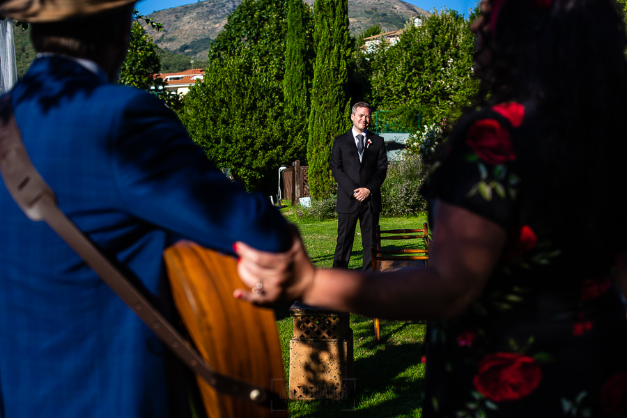 Bodas Jarandilla de la Vera, boda de Clara y David en el Hotel Ruta Imperial, fotos realizadas por Johnny García, fotógrafo de bodas en Cáceres. El novio escucha una canción en directo.
