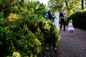 Bodas Jarandilla de la Vera, boda de Clara y David en el Hotel Ruta Imperial, fotos realizadas por Johnny García, fotógrafo de bodas en Cáceres. La novia llega a la ceremonia del brazo de su padre.