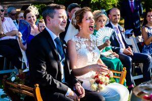 Bodas Jarandilla de la Vera, boda de Clara y David en el Hotel Ruta Imperial, fotos realizadas por Johnny García, fotógrafo de bodas en Cáceres. La novia rie.