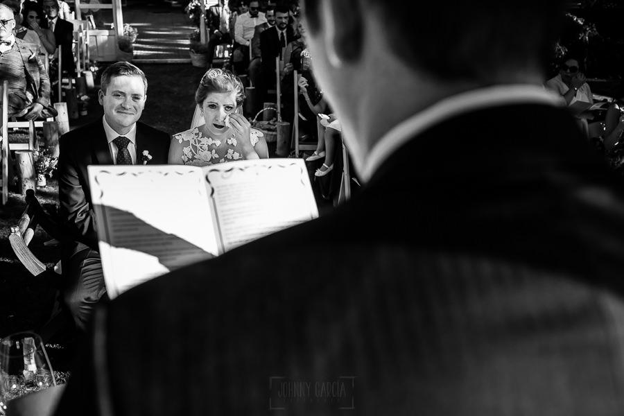 Bodas Jarandilla de la Vera, boda de Clara y David en el Hotel Ruta Imperial, fotos realizadas por Johnny García, fotógrafo de bodas en Cáceres. La novia se emociona.