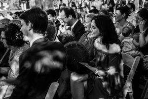 Bodas Jarandilla de la Vera, boda de Clara y David en el Hotel Ruta Imperial, fotos realizadas por Johnny García, fotógrafo de bodas en Cáceres. Invitados sonríen en la ceremonia.