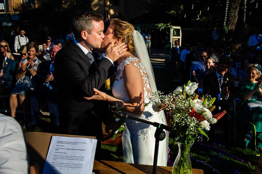 Bodas Jarandilla de la Vera, boda de Clara y David en el Hotel Ruta Imperial, fotos realizadas por Johnny García, fotógrafo de bodas en Cáceres. Los novios se besan.