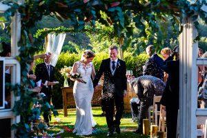 Bodas Jarandilla de la Vera, boda de Clara y David en el Hotel Ruta Imperial, fotos realizadas por Johnny García, fotógrafo de bodas en Cáceres. Los novios salen de la ceremonia.