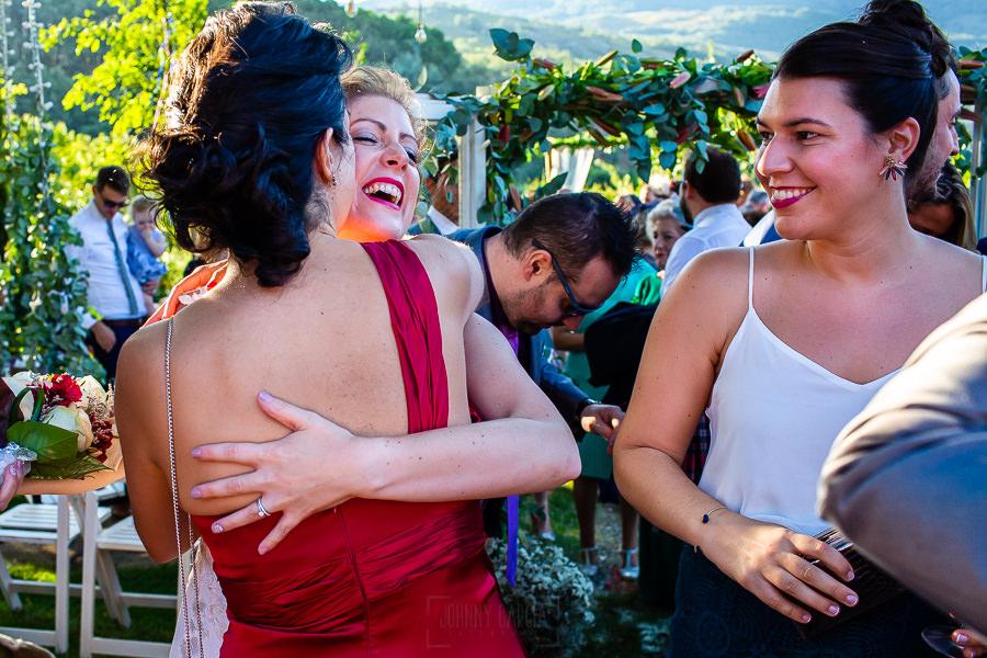 Bodas Jarandilla de la Vera, boda de Clara y David en el Hotel Ruta Imperial, fotos realizadas por Johnny García, fotógrafo de bodas en Cáceres. La novia abraza a una amiga.