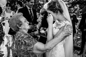 Bodas Jarandilla de la Vera, boda de Clara y David en el Hotel Ruta Imperial, fotos realizadas por Johnny García, fotógrafo de bodas en Cáceres. La novia emocionada junto a su abuela.