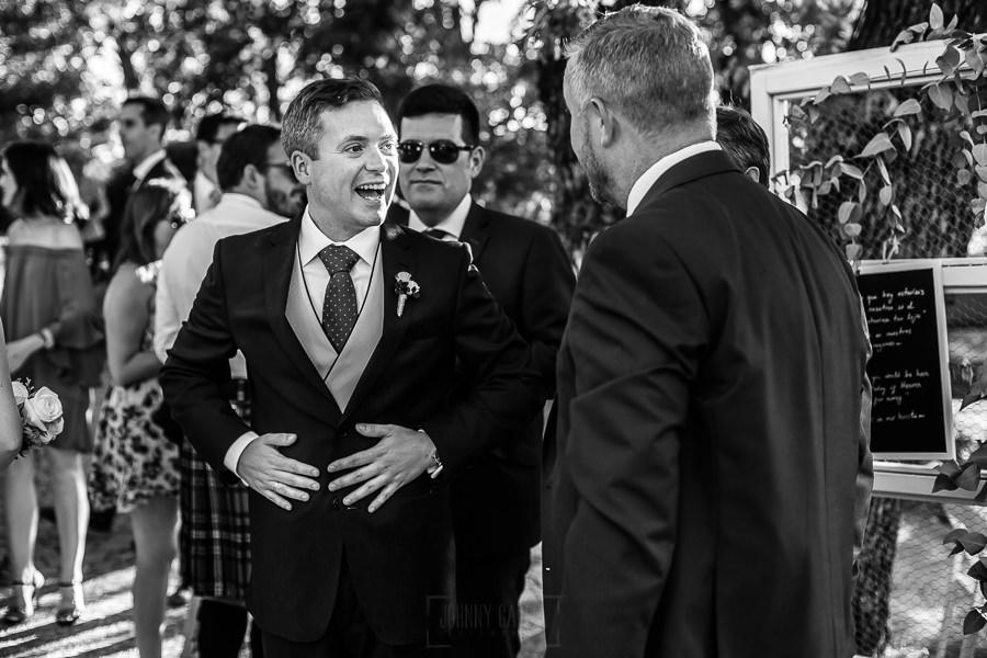 Bodas Jarandilla de la Vera, boda de Clara y David en el Hotel Ruta Imperial, fotos realizadas por Johnny García, fotógrafo de bodas en Cáceres. El novio sonríe junto a sus hermanos.