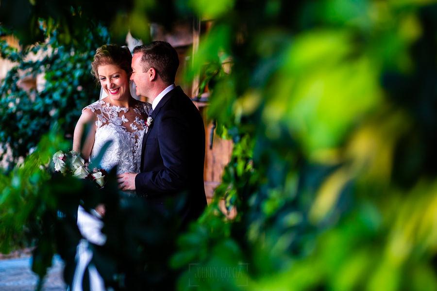 Bodas Jarandilla de la Vera, boda de Clara y David en el Hotel Ruta Imperial, fotos realizadas por Johnny García, fotógrafo de bodas en Cáceres. La pareja entra los arbustos.